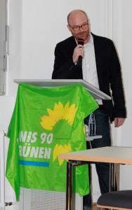 Börje Wichert begrüßt die Gäste einer Diskussion über die Perspektiven Europas vor dem Hintergrund der derzeitigen Krisen