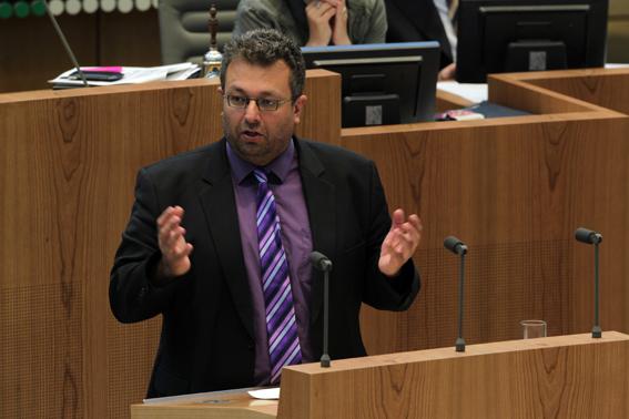 Mehrdad Mostofizadeh am Rednerpult im Landtag